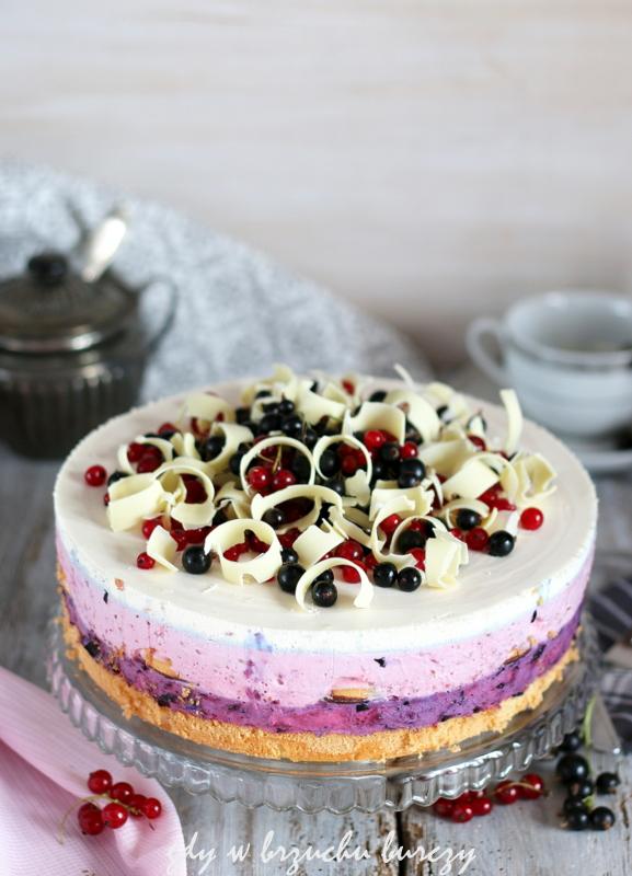 Orzeźwiający, kwaskowaty tort z masami z czerwonej i czarnej porzeczki