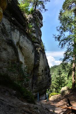 Hruboskalsko- niebieski szlak od  Kavčin w kierunku rybnika