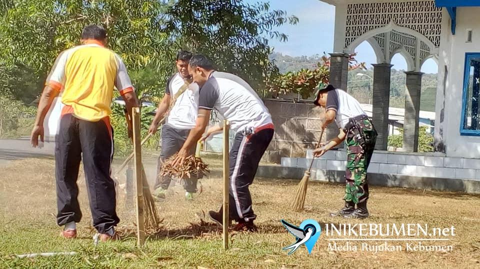 Polisi dan TNI Bersihkan Sampah di PPI Logending