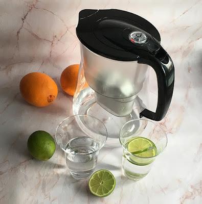 Dzbanek do filtrowania wody i woda w szklankach