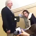VIDEO: Profesor le muerde los cabellos a una estudiante que se quedó dormida