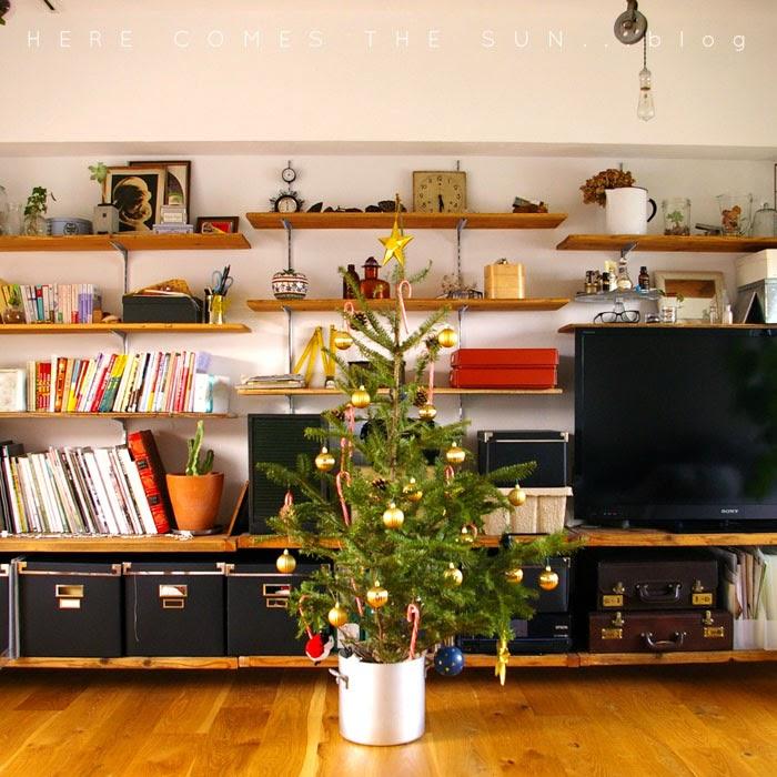 IKEAのモミの木クリスマスツリーと古材の壁面収納棚