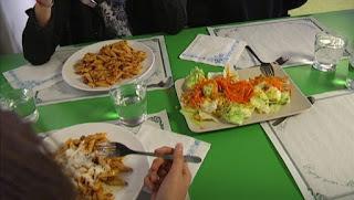 http://www.ccma.cat/324/monitors-de-menjadors-alerten-de-la-massificacio-de-nens-en-algunes-escoles-durant-lestona-del-dinar/noticia/2734818/