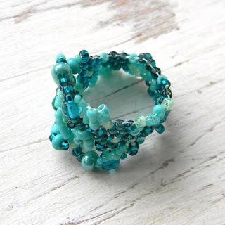 Бирюзовое фриформ-кольцо из бисера
