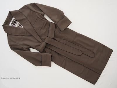 Eleganter langer gefütterter englischer Morgenmantel für Herren aus brauner Seide und kariertem Flannel.