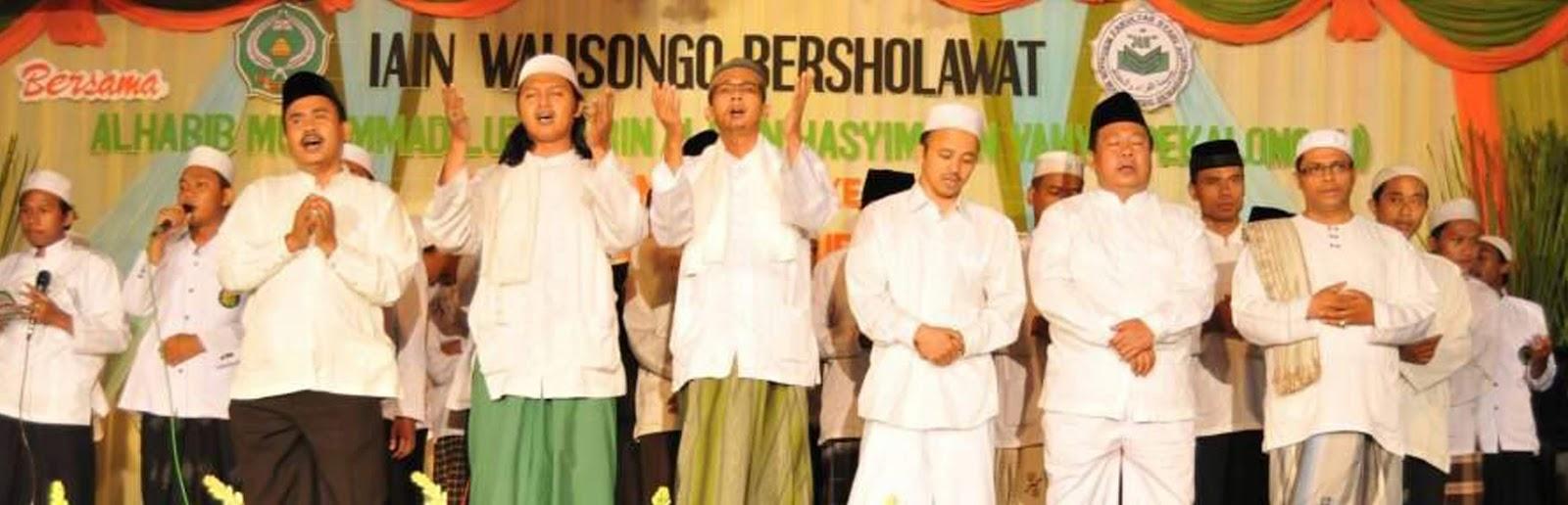 Bersama Kyai Bisri Musthofa pada acara Semarak Miladiyyah UKM JQH tahun 2013