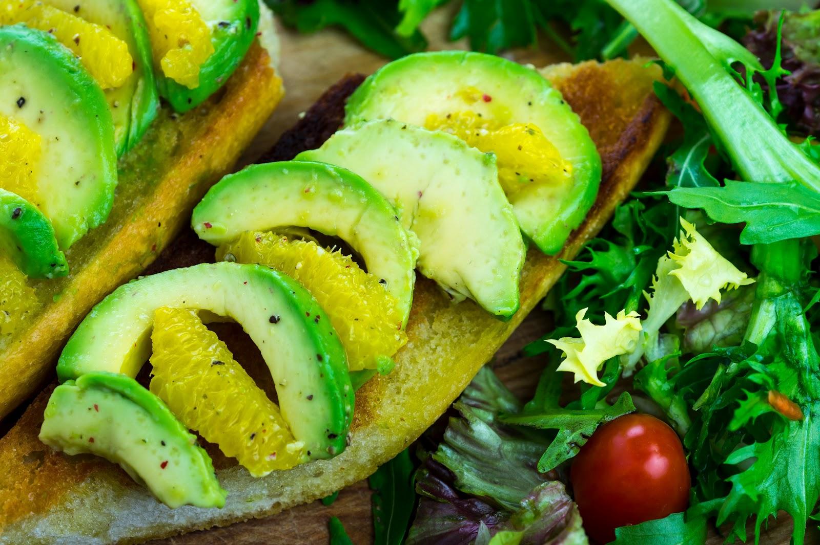 vegan kochen mit j r me eckmeier juli rezept fruchtiges avocado orangen bruschetta. Black Bedroom Furniture Sets. Home Design Ideas