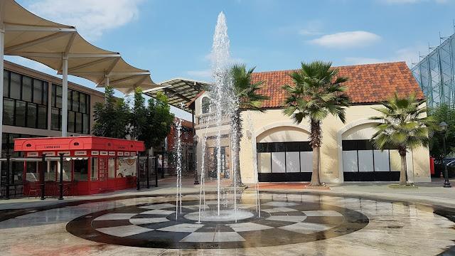 Fontes na praça central do Premium Outlet de Ayutthaya.