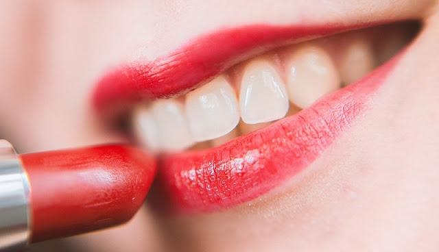 Tampil cantik dengan memakai lipstik berwarna merah terang