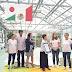 Machiko Ikeoka y un equipo de Sanki México celebran un nuevo Guinness Wold Record con la Flor de Origami más grande en el Huerto del Rey en Versalles