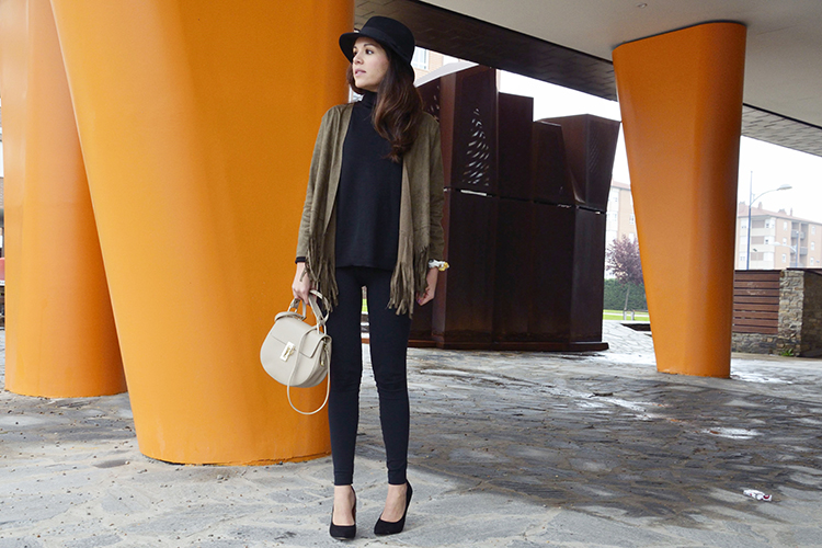total-black-look-chaqueta-flecos-sombrero-hat-fringed-jacket