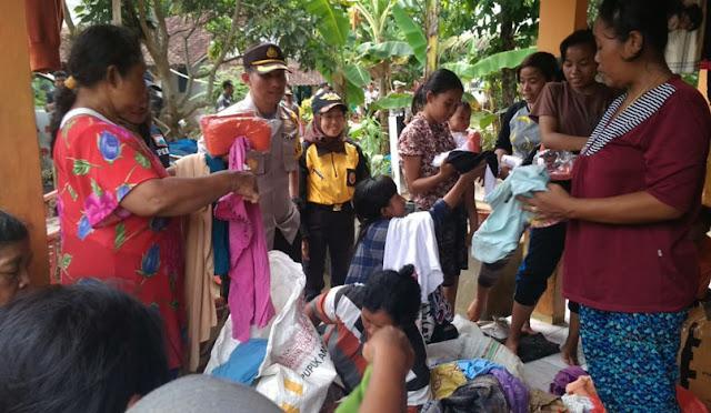 Bantuan yang terkumpul di balai desa dan dibagikan ke warga