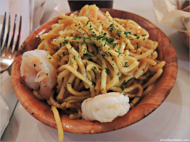 Shaking Crab de Porter Square en Cambridge: Garlic Noodles $6 + Gambas $3