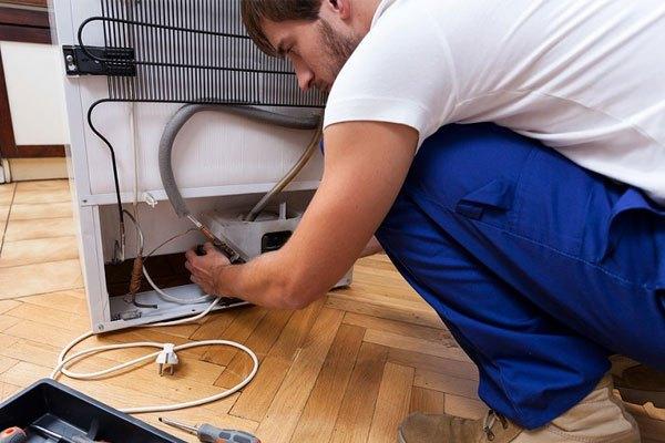Làm sạch đường ống của tủ lạnh side by side  nếu có quá nhiều bụi bẩn bám vào gây tắc nghẽn