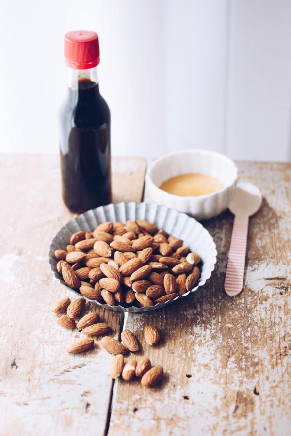 Zutaten für eine gesunde Knabberei zu Selbermachen: Rezept für DIY Salz-Mandeln mit Honig by titatoni.de