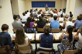 Profesor dando clase a estudiantes de carrera corta