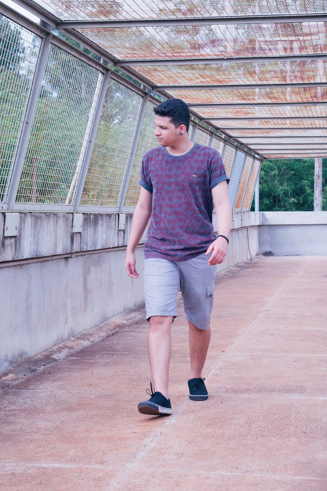 look masculino com camiseta tropical