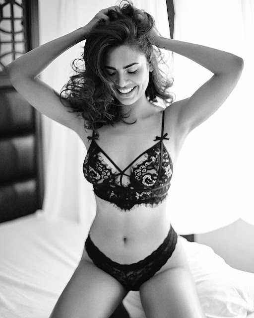 Baadshaho actress Esha Gupta internet Instagram Esha Gupta topless topless actress Topless pictures Esha Gupta Instagram Nude pictures Latest pics Viral Pictures