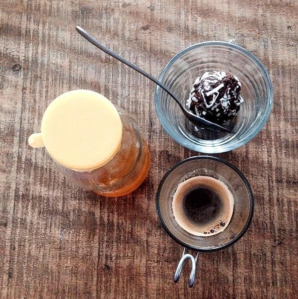 Mi café viene en un vaso de cristal,  para moverlo uso una cuchara de  metal y la miel viene en un envase  reutilizable. En esta cafetería al tomar  mi café yo produzco 0 basura, y cinco  personas producirían 0 basura. y cien  cafeterías como esta malgastarían 0.  Podriamos pasar años sumando ceros.
