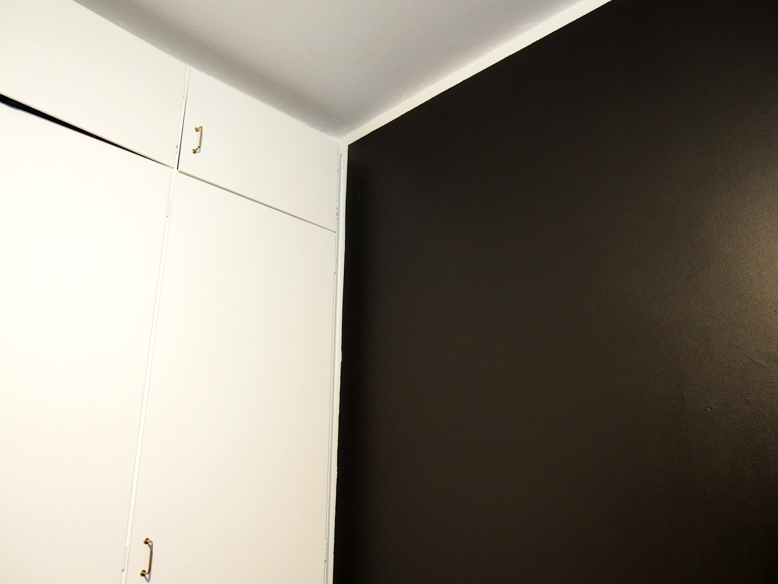 musta valkoinen kontrasti black white kaappi uusi pintaremontti remontti