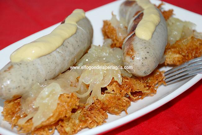 Salchichas alemanas con cebolla caramelizada y patatas