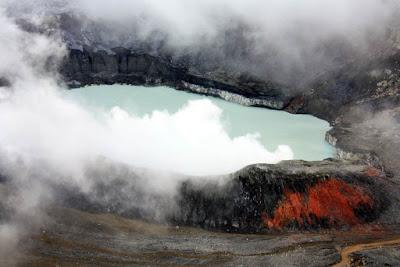 Laguna en el crater del Volcan Poas