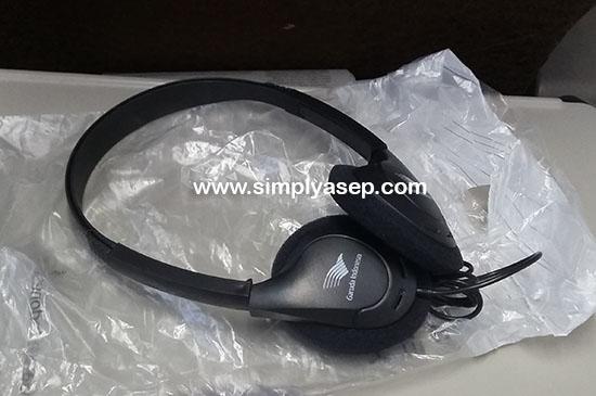 HEADSET : Setiap seat sudah dilengkapi 1 unit headset FREE yang bisa digunakan untuk mendengarkan AVOD (Audio Video On Demand).  Saya tidak menyarankan untuk membawa pulang alat ini sebagai souvenir. Foto Asep Haryono
