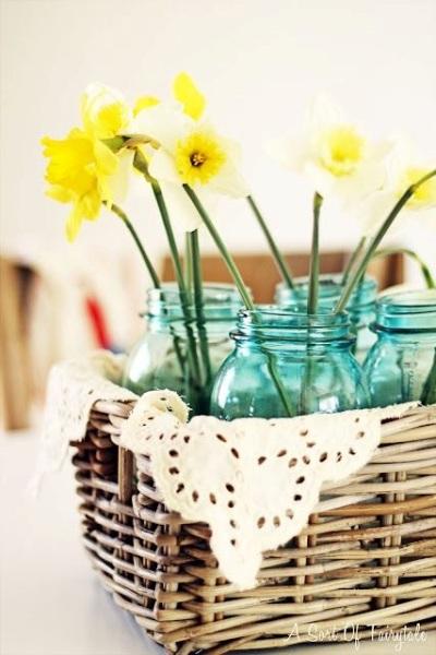 Bisa dihias dengan cat, glitter, sticker, pita, dipasangi kawat untuk jadi vas bunga gantung, atau simpan dalam keranjang cantik seperti ini.