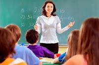 öğretim, sınıfta öğrencilere eğitim veren öğretmen