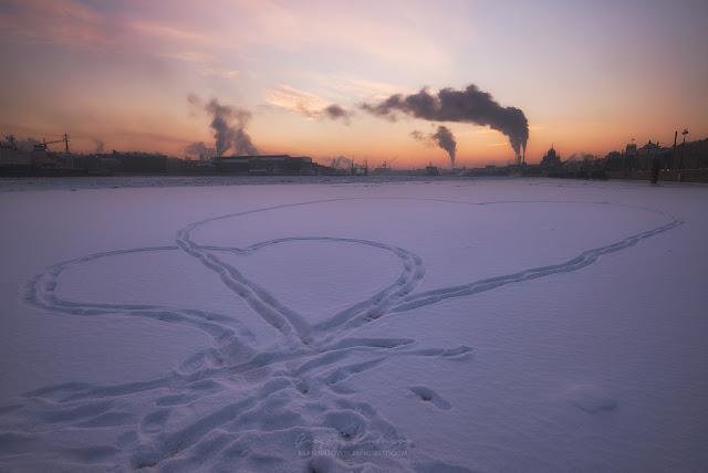 Розовый закат и сердца на снегу