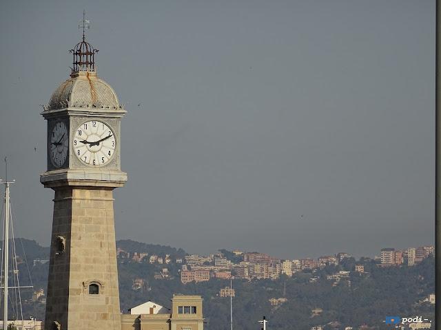 El moll de pescadors, en la Barceloneta, tiene un reloj que fue un antiguo faro del puerto.