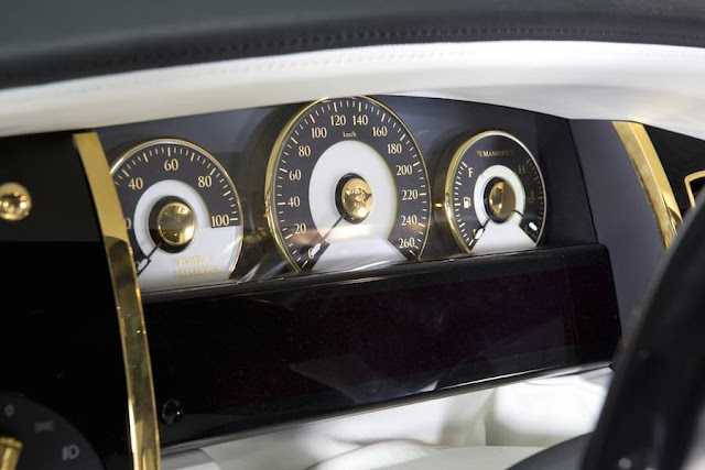 成金専用車?マンソリーがゴールドカラーの奇抜なロールスロイスを公開。