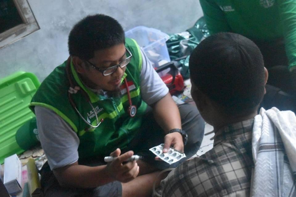 Tembus Hujan Lebat, Medis Wahdah Islamiyah Gelar Pemeriksaan Kesehatan di Kampung Cihonje