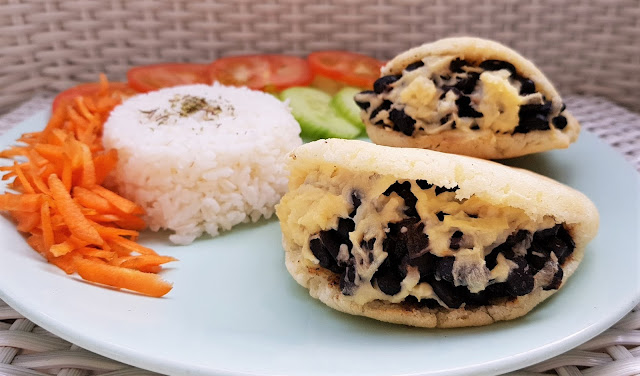 Arepas Dominó veganas rellenas de caraotas (judías negras) y queso