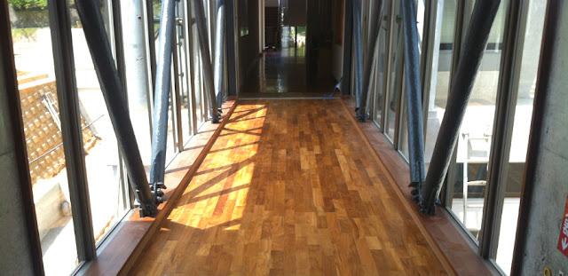 資料館の床に使用したチーク無垢フローリング
