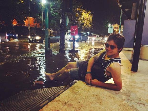 Тайский парен на фоне затопленной дороги