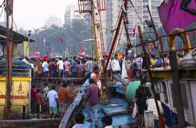 sassoon docks, traders, fishermen, auction, action, fishing boat, mumbai, india,