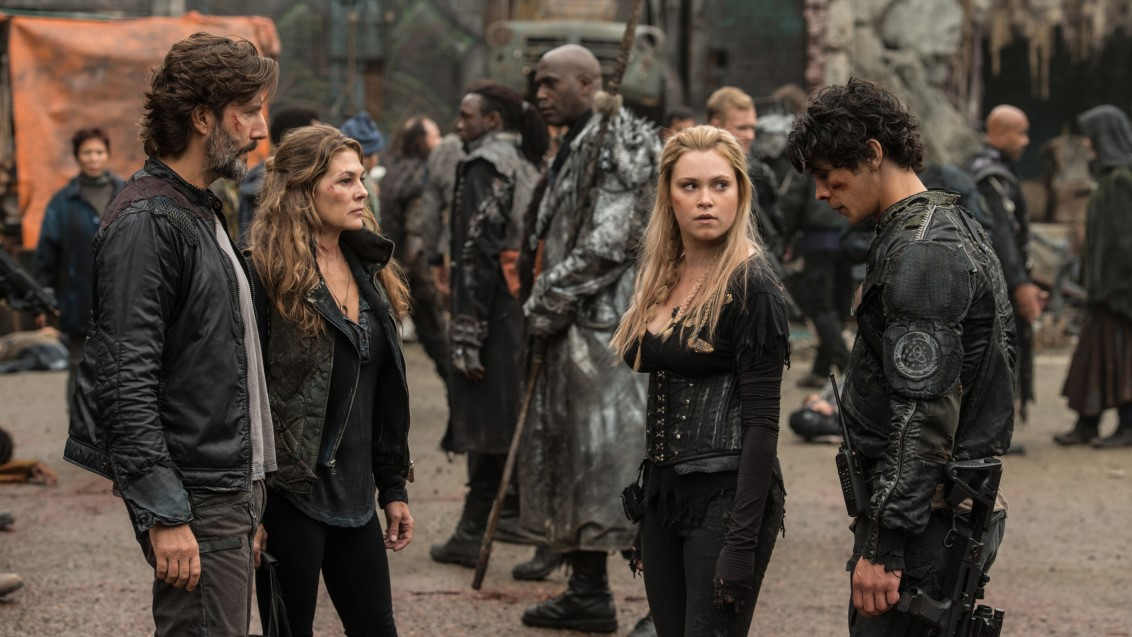 Kane, Abby, Clarke y Bellamy tomando decisiones en la cuarta temporada de 'The 100'