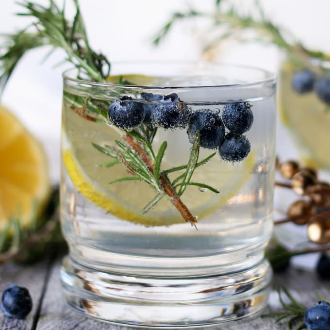 LEMON BLUEBERRY VODKA SPRITZER #cocktail #recipedrinks