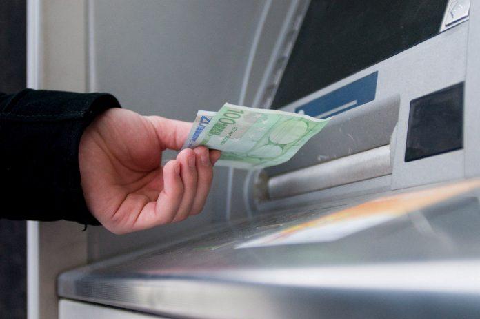 Θα ελέγχονται οι συναλλαγές άνω των 1.000 ευρώ των θνητών!