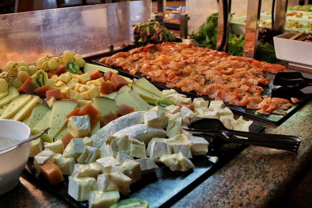 Salmón y queso en el buffet