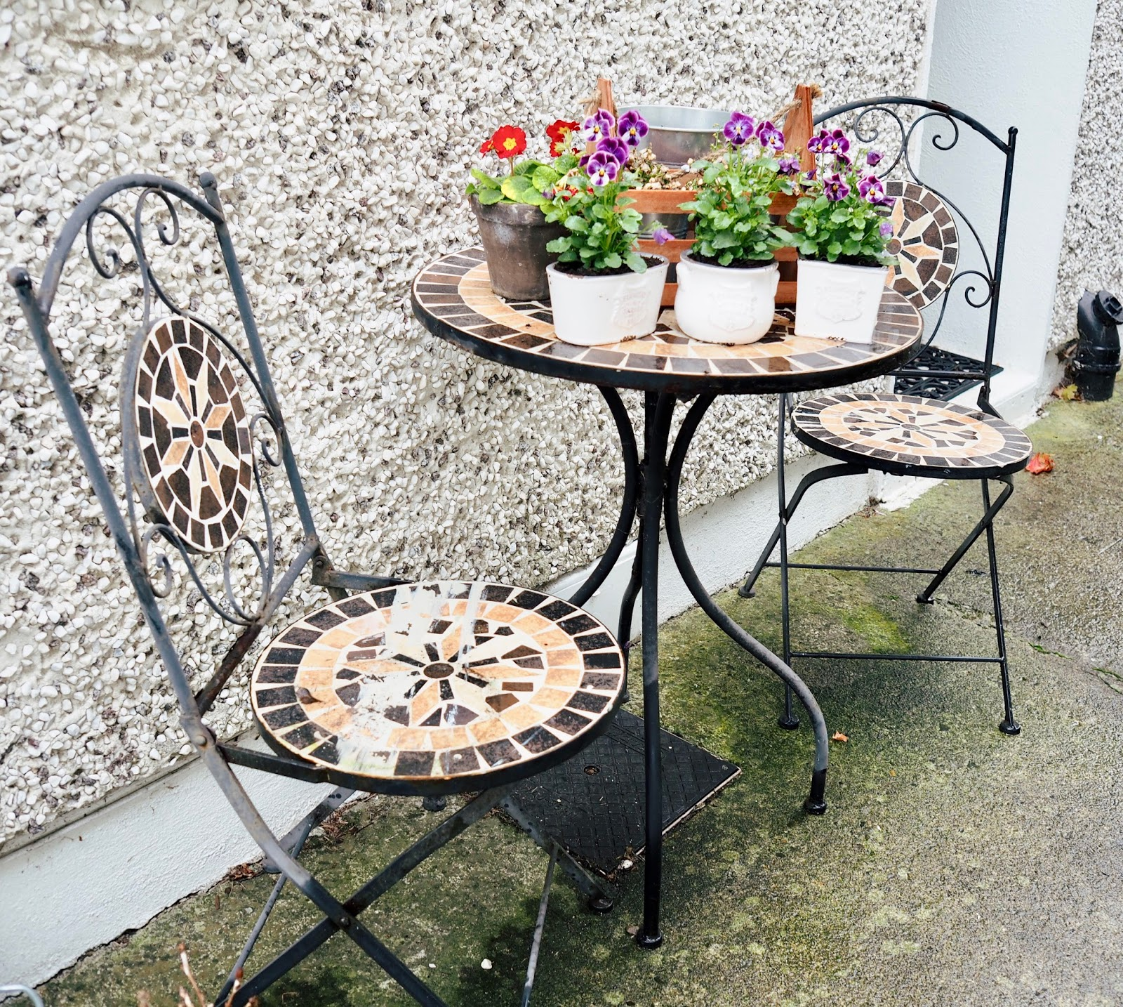 Painting rusty metal garden furniture - Dainty Dress Diaries
