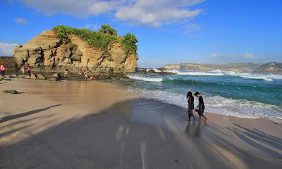 Sejoli berjalan di pantai Klayar