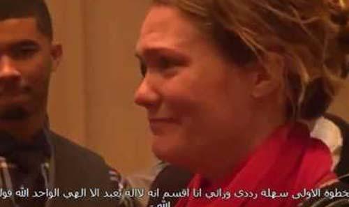 فتاة أمريكية حدث معها شيء غريب جداً صدمها بشدة وجعلها تسلم وهي تنفجر بالبكاء