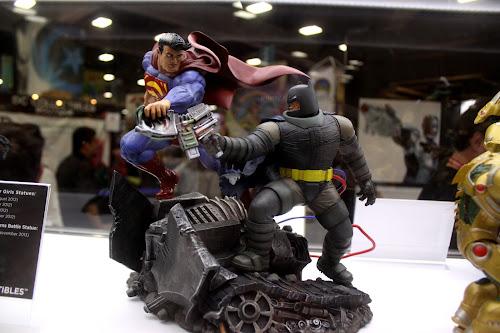 Escultura de Batman lutando com o Superman, exibida na Comic-Con de San Diego, em 2012.