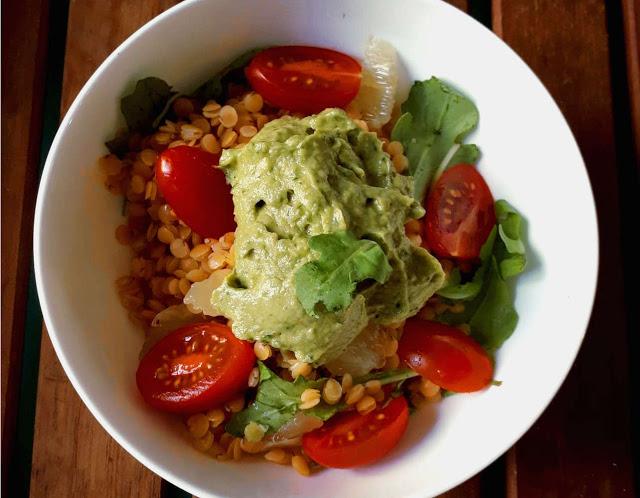 Lentilles corail en salade crème avocat pesto