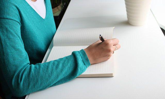 Bukankah setiap hari guru itu pekerjaannya menulis 5 Penyebab Guru Malas Menulis