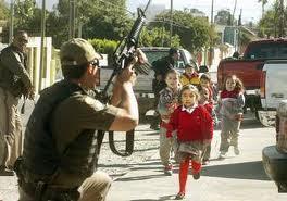soldados evacuando a niños de primaria