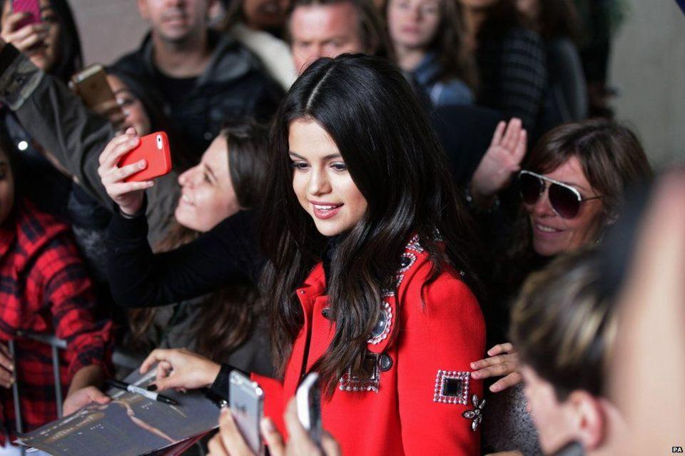 Selena Gomez hadir di Radio 1's Live Lounge tahun 2015 untuk mempromosikan albumnya, Revival