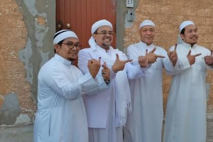 Habib Rizieq Tunjukkan Dua Jari Usai Mencoblos di Makkah